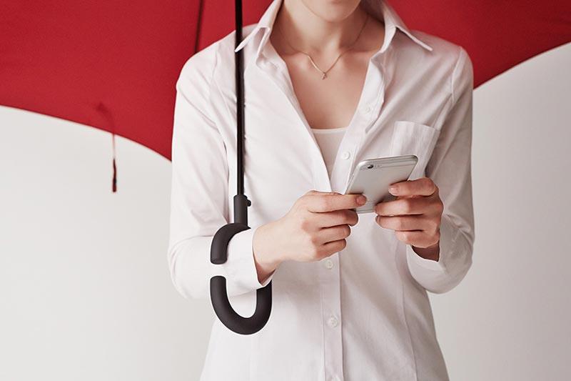 Phone-brella – Payung Direka Khas Untuk Pengguna Peranti Pintar