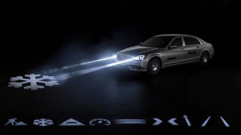 Sistem Digital Light Mercedes Memancarkan Ikon Navigasi Dan Amaran Pada Permukaan Jalan